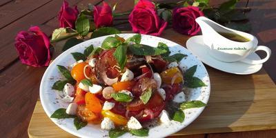 Отмечаю день рождения с салатом из помидоров, моцареллы и базилика с горчичной заливкой