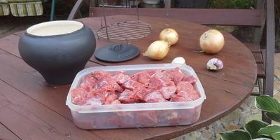 Тушеная телятина из чугунка, приготовленная в тандыре