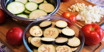 Мусака по-гречески с баклажанами и кабачком