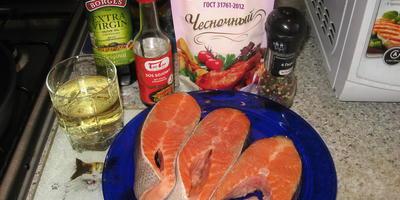 Лосось с чесночным соусом и белым вином