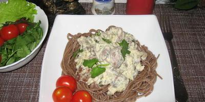 Куриные сердечки с грибами, тушённые в сырно-майонезной заливке с солёными огурцами