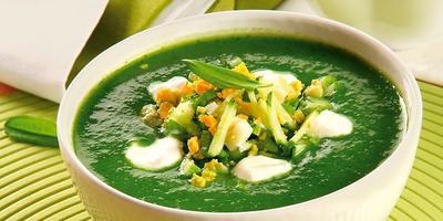 Суп-пюре из щавеля и шпината с огурцами и зеленым луком