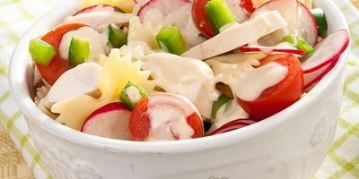 """Салат """"Ассорти"""" с куриным филе, редисом и фигурными макаронами"""