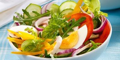 Фермерский салат из свежих овощей с рукколой и шампиньонами