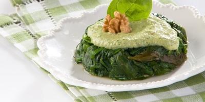 Салат из шпината и щавеля с ореховым соусом