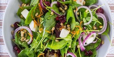 Легкий салат из шпината с клюквой и козьим сыром