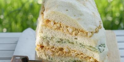 Слоеный бутербродный торт с копченой курицей и сыром