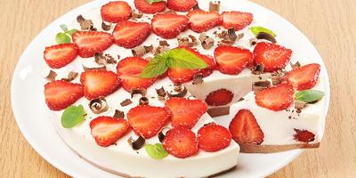Творожно-клубничный торт без выпечки