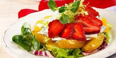 Легкий салат с клубникой, апельсином и голубым сыром