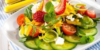 Салат «Летнее удовольствие» с клубникой и овощами