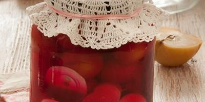 Помидоры по-словацки со свеклой, яблоком и луком