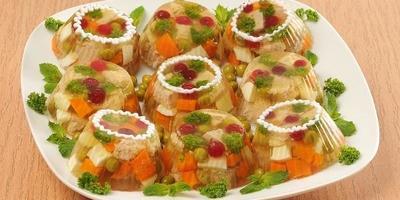 Мясное заливное с овощами и клюквой