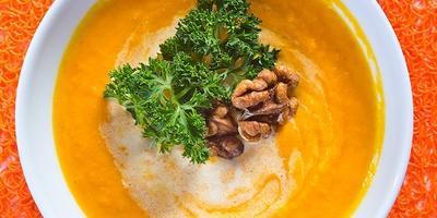 Морковный крем-суп с орехами