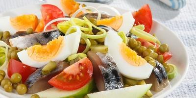 Аппетитный салат из скумбрии с яблоком - неожиданно удачное сочетание вкусов