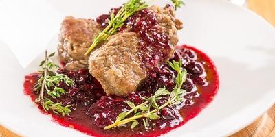 Телячьи отбивные под смородиновым соусом: ресторанное блюдо своими руками