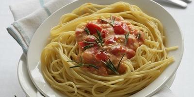 Спагетти под сырно-овощным соусом - вкусный ужин, который готовится быстро и просто