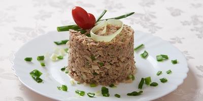 Простой рыбный салат на скорую руку