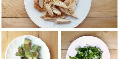 Летний салат с курицей и клубникой