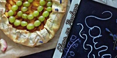 Галета с персиками и виноградом - открытый, красочный и яркий пирог