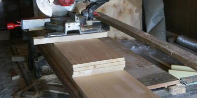Деревянная кровать для дачи