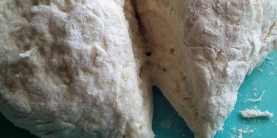 Жареные пирожки с начинкой из зеленого лука и фарша на чугунной сковороде
