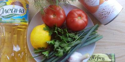 Легкий летний салат из помидоров и фасоли