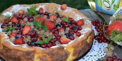 Творожная запеканка с ягодами из детства