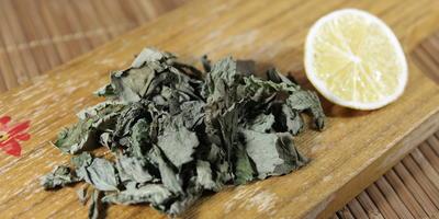 Чай из мелиссы, мяты и базилика лимонного