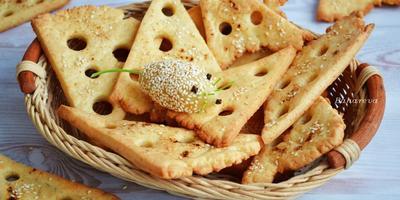 Сырные крекеры с паприкой и кунжутом