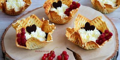 Вафельные корзиночки со сливками и шоколадом