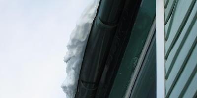 Льдом выдавливает желоба на краю крыши. Что делать?