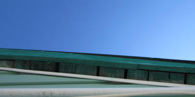 Чем обработать щели под крышей, чтобы осы не делали там гнезда?