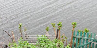 Укрепление берега озера с топкими краями
