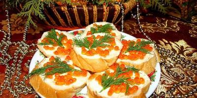 Классические бутерброды с красной икрой собственного приготовления...