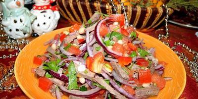 Яркий праздничный салат из говядины с фасолью