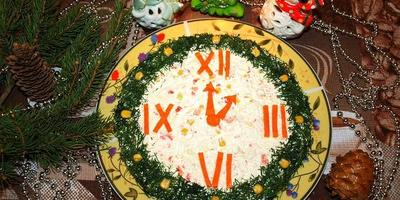 Салат из крабовых палочек в новогоднем оформлении