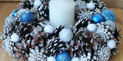 Новогодняя сказка. Подробный мастер-класс изготовления рождественского венка из шишек