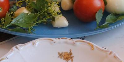 Два варианта маринованных патиссонов: острые с помидорами и пряные со сливами