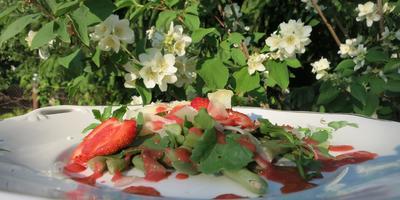 Летний салат с рукколой и клубникой