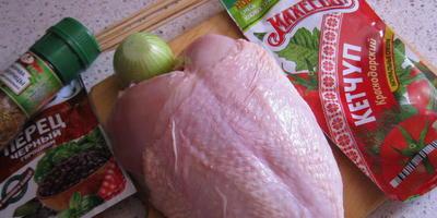 Куриная грудка на шпажках в томатном соусе