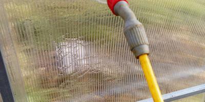 Обработка и мытье теплицы опрыскивателем - просто и удобно