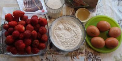 Клубничная шарлотка, или Быстрый пирог со свежей клубникой