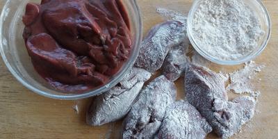 Вариация на тему «хот-дог»: чиабатта с печенью индейки и томатным соусом «МахеевЪ»