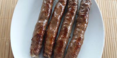Хот-дог с говяжьей колбаской, жареными кабачками и кетчупом чили «МахеевЪ»