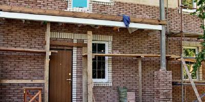 Стенка на стенку: облицовка кирпичом каркасных и брусовых зданий