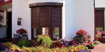 Наряд для окна: распашные и рольставни, москитные сетки и маркизы