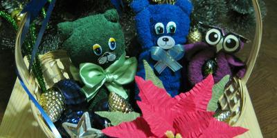 Рождественская корзинка с игрушками из махровых полотенец