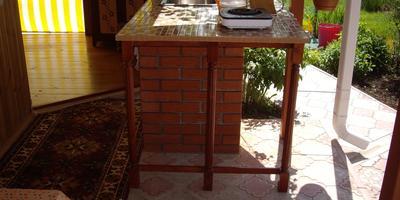 Стол с мойкой на веранде