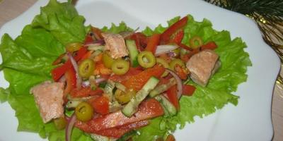 Салат овощной с форелью и оливками