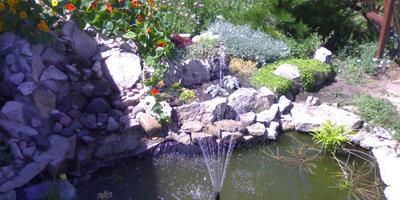 Какой гибкий гидроизоляционный материал можно использовать для покрытия дна и ступенчатых стен небольшого искусственного водоема?